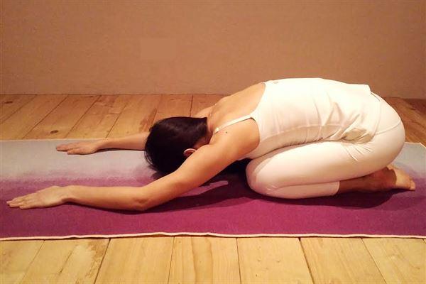 8-bai-tap-yoga-giup-chua-dau-kinh-toa-hieu-qua-1