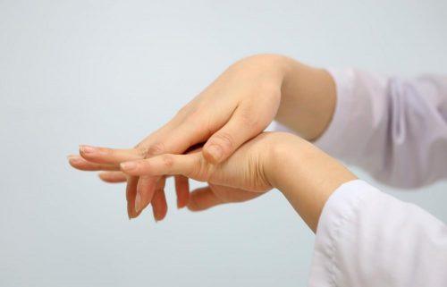 Bị tê tay vào buổi sáng là bệnh gì