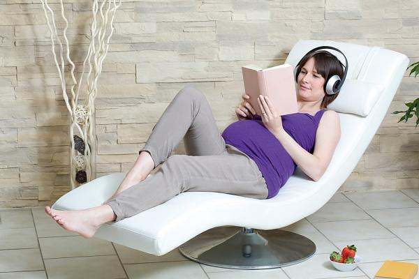 Nằm thư giãn giúp giảm đau khớp gối khi mang thai