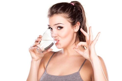 Uống nhiều nước giúp giảm acid uric trong máu