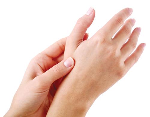 đau khớp ngón tay là biểu hiện thoái hóa khớp ngón tay